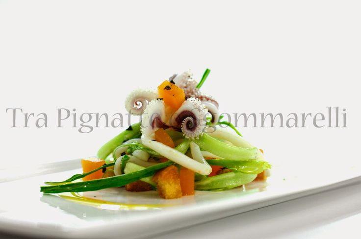Insalatina di calamari scottati, puntarelle, gelatine di mango allo zenzero, crostini di pane all'aglio e fiocchi di sale nero | Tra pignatte e sgommarelli