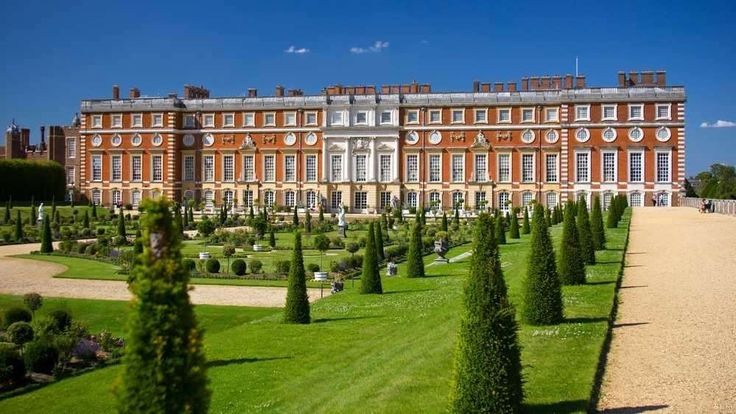 Hampton Court Palace – Inglaterra  Imagina morar num castelo com... 1000 quartos? Essa foi a realidade do rei Henrique VIII.