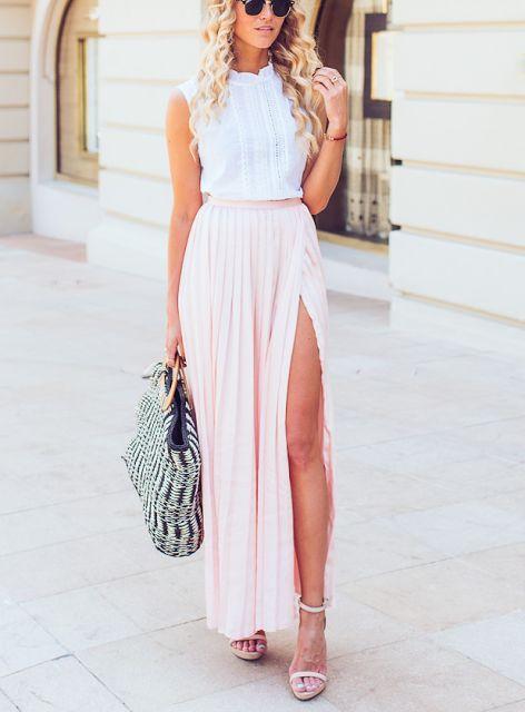 Look de verão elegante com saia longa rosa clara , blusa sem manga e sandálias de tiras finas