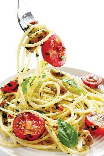 Italian food  spaghetti al pomodoro con basilico
