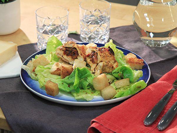 Vitlöksstekt kyckling med tomatpesto och sallad | Recept.nu