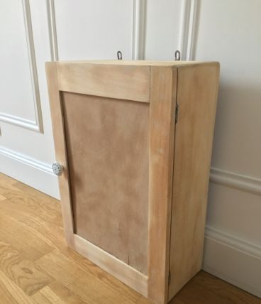 25 best ideas about armoire pharmacie on pinterest armoires pharmacie - Armoire ancienne relookee ...