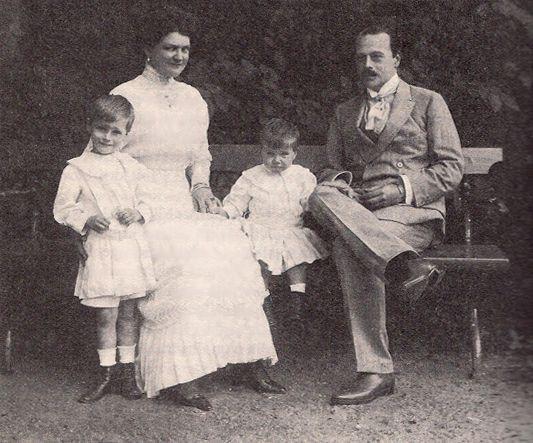 Großherzog Ernst Ludwig von Hessen und bei Rhein mit seiner Ehefrau Eleonore und den gemeinsamen Söhnen Georg Donatus (li.) und Ludwig.