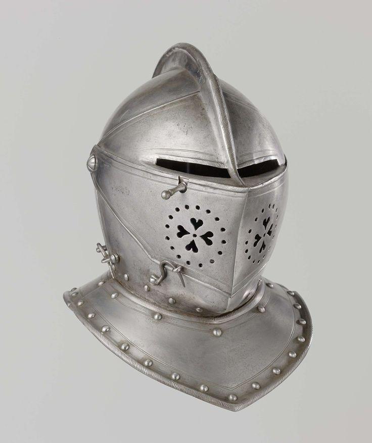 Anonymous | Ruiterhelm (mantelhelm) Staatse leger, Anonymous, 1600 - 1649 | Ruiterhelm of mantelhelm. De helm is vervaardigd van gepolijst ijzer en voorzien van een kam die gevijld is om haren na te bootsen; aan de achterzijde is een ajour bewerkte pluimkoker bevestigd; het vizier is gepunt en heeft aan de rechterkant een lange hefpal; aan weerszijden zit een grote klinknagel in de vorm van een bloemkelk; de gezichtsplaat is aan beide zijden ajour bewerkt met vier harten rond een cirkeltje…