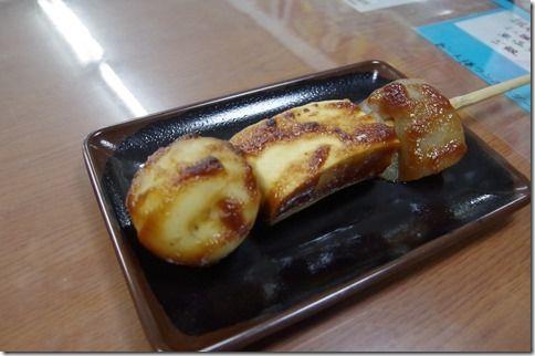 滝美食堂 でこまわし じゃがいも、祖谷豆腐、蒟蒻を刺した串の味噌田楽です。 串に刺さった姿がでこ(人形)みたいに見え、回して焼かないと焦げてしまうので でこまわしという名前が着いたんだそうです。