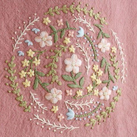 * . 以前作った手提げバックの色違いです♪ ピンクも春らしく仕上がりました . . #刺繍#手刺繍#ステッチ#手芸#embroidery#handembroidery#stitching#needlework#자수#broderie#bordado#вишивка#stickerei#ハンドメイド#handmade