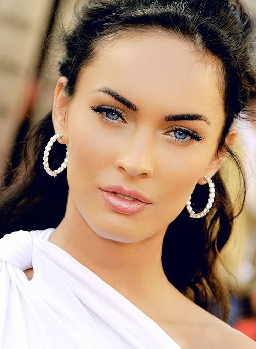 I can see Megan Fox as the White Queen (with white hair of course). She has that mysterious type look like Anne Hathaway does and considering how she acted in her previous movies, she would fit this part just right.