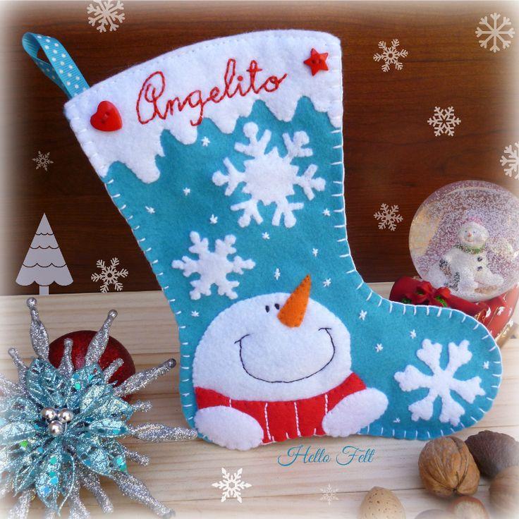 Otra idea de fieltro con botones decorativos para la navidad, esta bota con muñeco de nieve y copos.