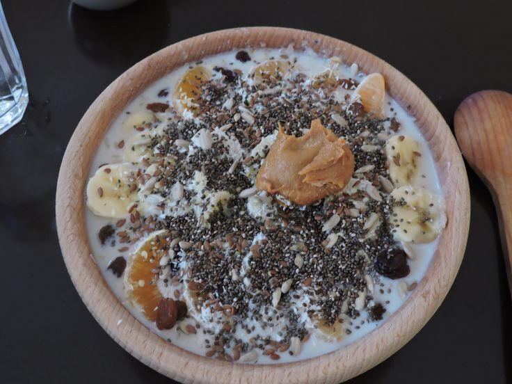 Pohankovo ovesná kaše s mlékem vodou a otrubami, agáve, banán, mandarinka, slunečnice, chia, konopné semínko, arašíďák, kokos, rozinky, lněné semínko