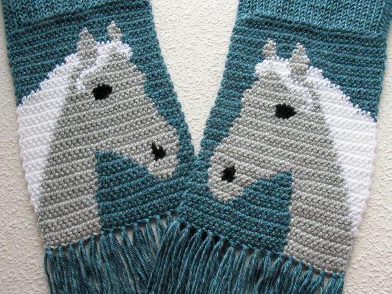Handgemacht, Pferd-Schal. Dies ist ein Original, Glacier-Bay-blau stricken und Gehäkelter Schal mit grauen und weißen Pferd Köpfe. In silbergrau und weiß sind die Pferdekopf gehäkelt. Die Pferde stehen entgegengesetzte Richtungen. Wir loom stricken Schal (doppelt dick) und dann die Seiten und die Pferde in die Enden gehäkelt. Die Pferde sind Teil des Schals und nicht als eine Applikation befestigt. Dies ist ein sehr gut gemachtes Schal mit sogar Stiche. Alle losen Enden in genäht sind und…