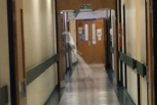 Um fantasma no corredor do hospital? Veja como ficou bem na foto - Blue Bus