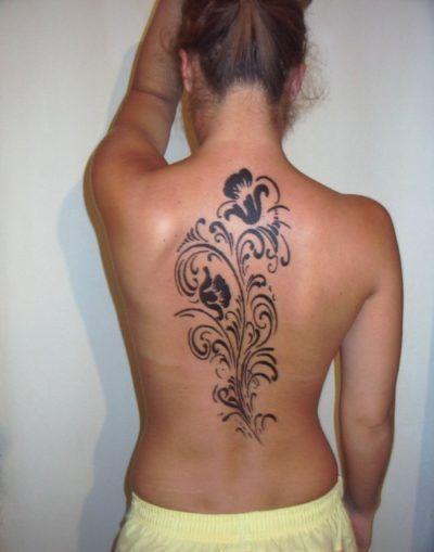 tatuagens femininas nas costas flor estilo tribal