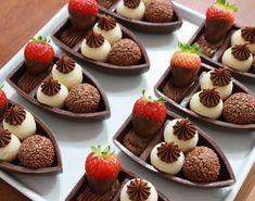 As famosas barquinhas que tomaram conta dos menus pelo país! @thamaracampello #bwbembalagens #barcadechocolate #barquinha #docinhos #chocolate #chocolatier #façaevenda #rendaextra #empreendedorimos Barquinhas de Chocolate Meio Amargo com Brigadeiros de Ninho com Nutella e Brigadeiro ao Leite Belga + Nutella e Morango!!! #chocolate #barquinha #bwbembalagens #ninhocomnutella #nutella #callebaut #morango #nutellabr