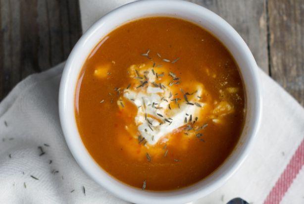 Met dit recept maak je snel en eenvoudig een lekker paprikasoepje. De soep is op basis van groentebouillon en wordt op smaak gebracht met knoflook, ui, tijm, peper en crème fraîche. Na de soep gekookt te hebben, pureer je het geheel met een staafmixer en de paprikasoep is klaar. Doe er een lekkere klodder crème fraîche in en smullen maar.