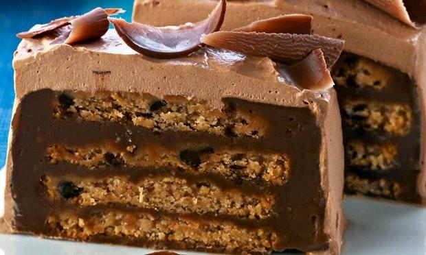Pavê de cookie e chocolate.  Misture 3 colheres de chocolate  em pó, 1/2 xícara de café bem forte, 2 latas de leite condensado e 100 g de margarina. Leve ao fogo brando e mexa até começar a engrossar. Deixe esfriar. Umedeça 1 pacote de cookies com gotas de chocolate, em 1 xícara de vinho branco doce. Forre com filme plástico uma fôrma retangular. Alterne camadas de cookies e creme. Cubra e leve a geladeira no mínimo 6 horas.