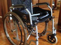 ΚΑΡΟΤΣΑΚΙ αναπηρικό Breezy 90 ολοκαίνουριο, με οδηγίες χρήσης. Χρώμα μαύρο, πτυσσόμενο, ταπετσαρία από ειδικό διπλό νάιλον, αντιεφιδρωτικό κάθισμα, ρυθμιζόμενα και αφαιρούμενα υποπόδια. Μέγιστο βάρος ασθενούς 125 kg, τιμή 200€ , 09:00-21:00
