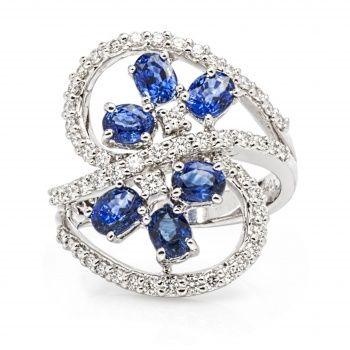Достойное кольцо из белого золота с бриллиантами и васильковыми сапфирами.