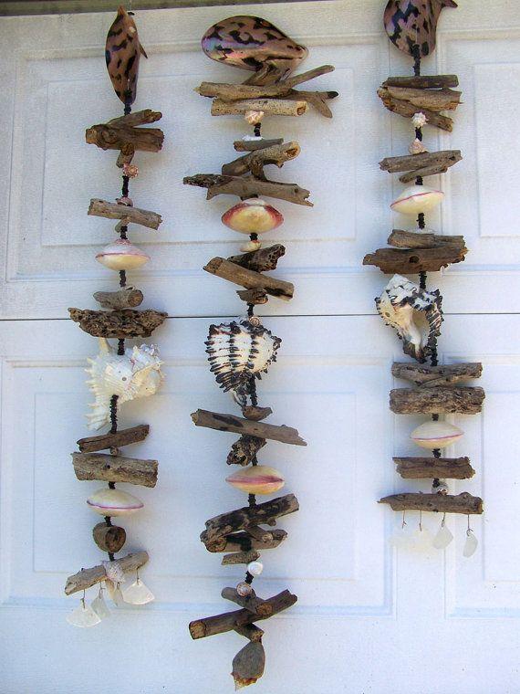 Mise à jour! Seul celui de gauche-le représenté dans le milieu! Disponible dans cette liste un carillon est fait de coquillages, perles de nacre et de bois flotté. Ils sont magnifiques en personne-bien mieux que les photos peuvent transmettre. Beaucoup de texture et de couleur naturelle. Certains des coquilles sont polies et certains sont laissés au naturels. Je collectionne tous la bois flotté et nombreux obus ici à Clearwater, en Floride. Beaucoup des plus grandes coquilles ont été…