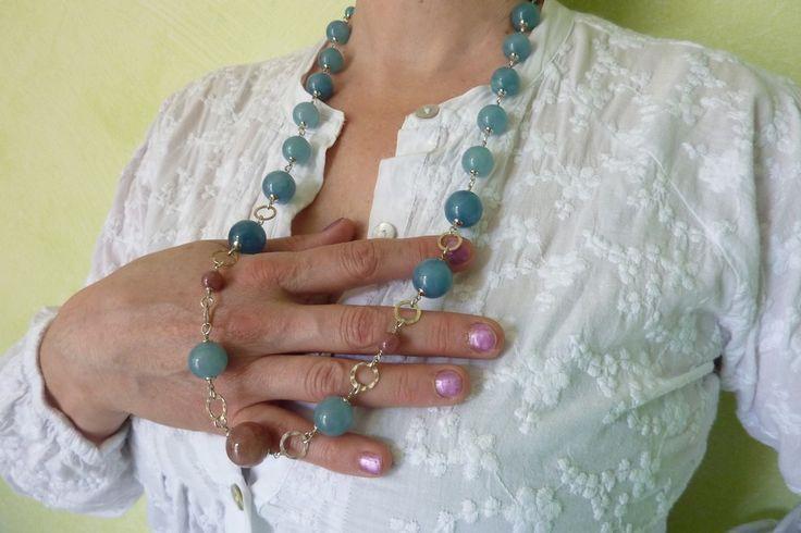 Elegante collana con sfere di Angelite azzurra, Pietra del sole marroncino, inserti in argento martellato, con finiture in Argento placcato Rodio. Da indossare in tutte le occasioni in cui vuoi sentirti unica.