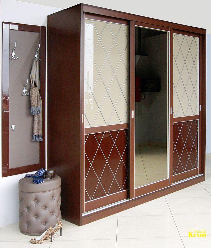 """Шкаф-купе для прихожей с дверями, выполненными в технике тиффани лайт """"Ромбы"""", панелью для крючков и мягким пуфиком для обувания."""