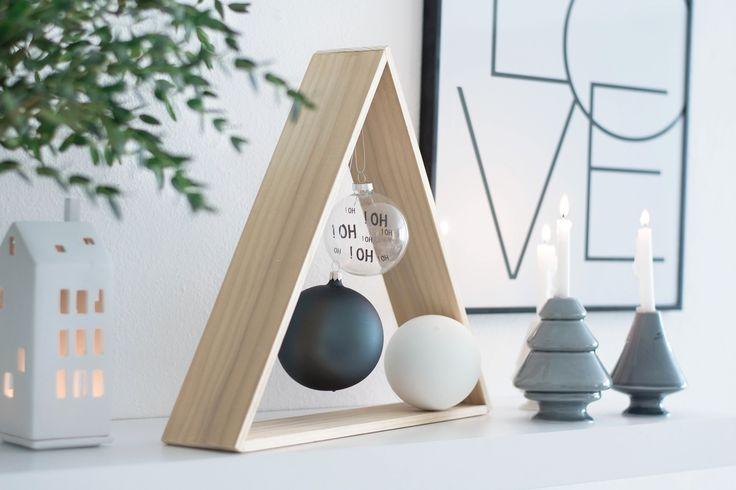 Une #décoration #minimaliste pour #Noël ! #sapin #gris #blanc #noir #bois http://www.m-habitat.fr/tendances-et-couleurs/deco-de-fete/noel-decorer-sa-maison-pour-pas-cher-3884_A
