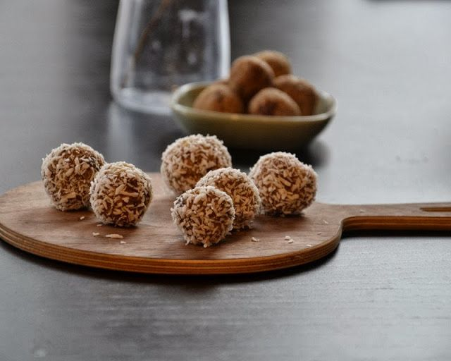 SUND SNACK: Daddelkugler med rålakrids, cashewnødder & kokosdrys - Brændstof