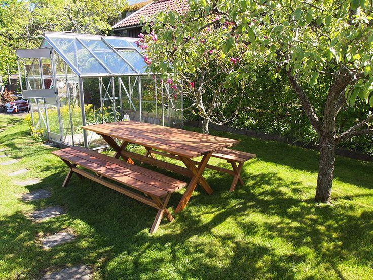 Trädgårdsbord och bänkar i massiv FSC-certifierad Freijo.  Handmade wooden table and benches in FSC-certified solid Freijo.