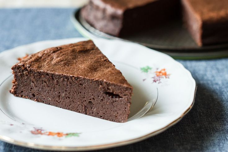 Steamed Chocolate Cake by greek chef Akis Petretzikis. This cake made of chocolate and only 5 ingredients is the absolute chocolate temptation. Enjoy the recipe.