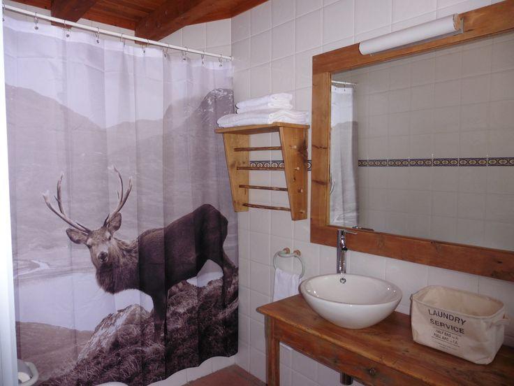 Cortinas De Baño H&M: con madera antigua reciclada La cortina del baño es de H&M home