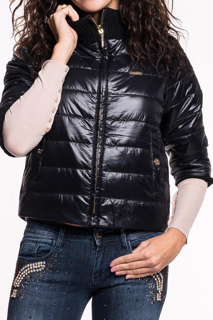 Wende-Daunenjacke von LIU JO   stylischekurze Jacke mit ¾ Arm   hoher Kragen   beidseitig tragbar   eine Seite aus Nylon und ander Seite im Strickmuster   beidseitig Einschubtaschen   angenehmer Tragekomfort  Material: 50%