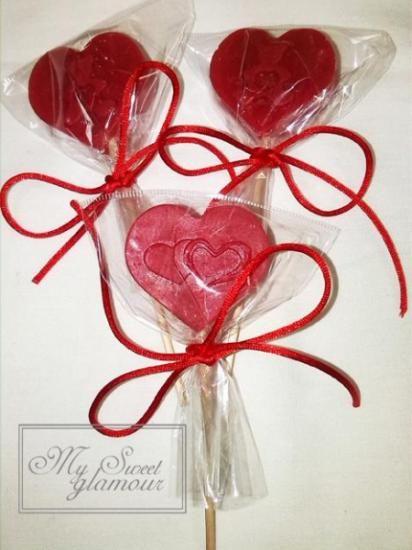 Piruletas de jabón natural con esencia de lavanda, un detalle original de recuerdo de tu boda, se entregan con etiqueta conmemorativa del evento