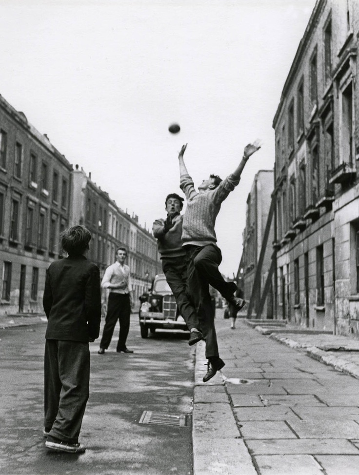 Niños jugando fútbol en la calle en Brindley Road. Foto de Roger Mayne (b.1929) Road, Paddington, 1959 © Roger Mayne / Courtesy Museum of London