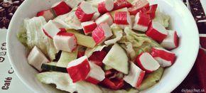 Zeleninový šalátik so surimi - krabie tyčinky 1 ks menší ľadový šalát 2 ks paradajka 2 ks paprika 1/2 ks uhorka šalát 200 g surimi 1 ks biely jogurt morská soľ ml čierne korenie pažitka trochu citrónová šťava 1 ČL med Zeleninku si umyjeme, šalát potrháme a ostatnú zeleninu nakrájame. Zarobíme si dresin - biely jogurt+soľ+čierne korenie+med+ šťava z citróna. Zamiešame do zeleniny. Surimy opečieme na kvapke oleja z oboch strán - asi minútku. Nakrájame a pridáme k zelenine