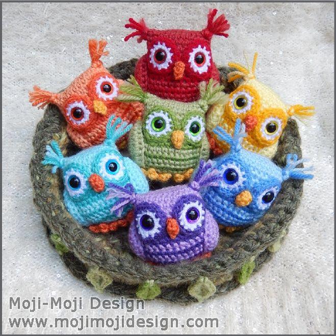 I er mange der har ventetlænge siden i går på denne nuttede opskrift fra Moji-Moji Designs og nu er den her 🙂 Efter tilladelse er den nu oversat og jeg vil helt sikkert anbefale jer et besøg hos Moji-Moji Designs! Oversættelse efter tilladelse fra Moji-Moji Designs, der også står bag de hækledeugler og reden. Original … Læs mere »