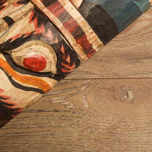 Laminaatvloer met natuurgetrouwe houtstructuur.