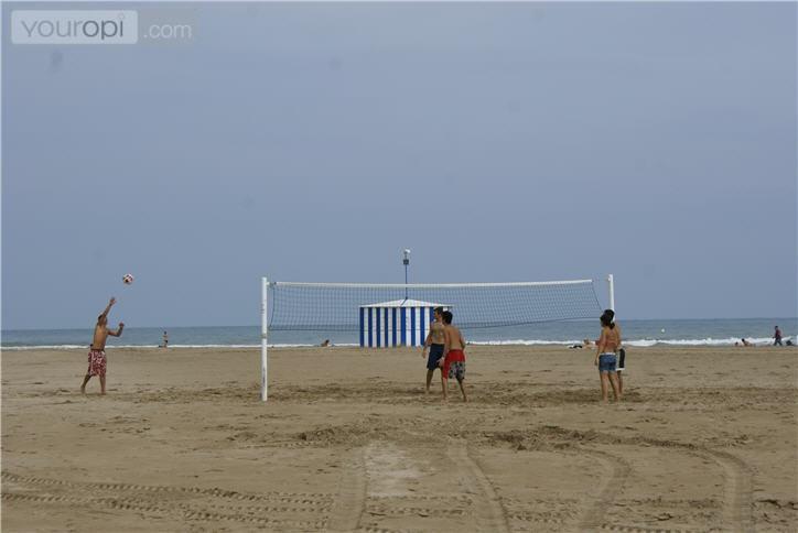 Een ontspannen potje beachvolleybal op het strand. Een ideale sportieve activiteit tijdens je bezoek aan Valencia.