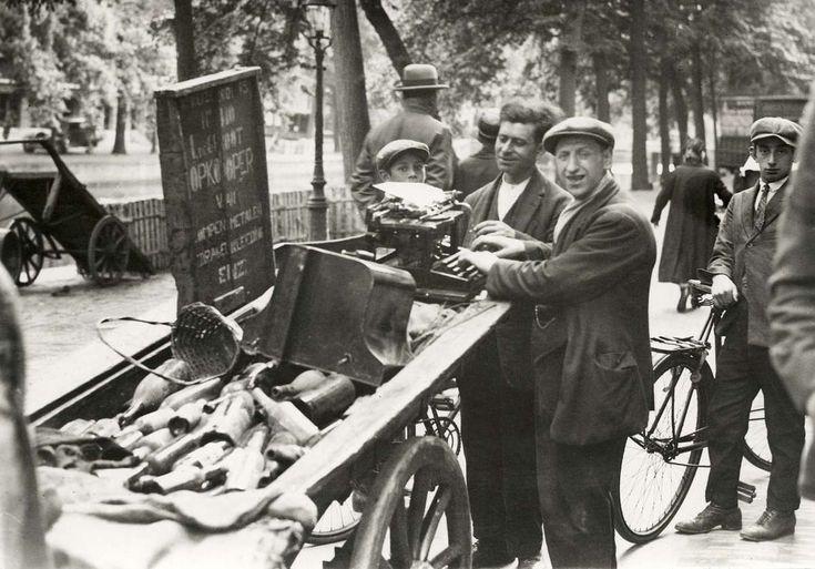 Straathandelaar met handkar, opkoper van lompen, kleding en metalen, probeert een typ-of schrijfmachine te verkopen te Amsterdam, Nederland 1925.