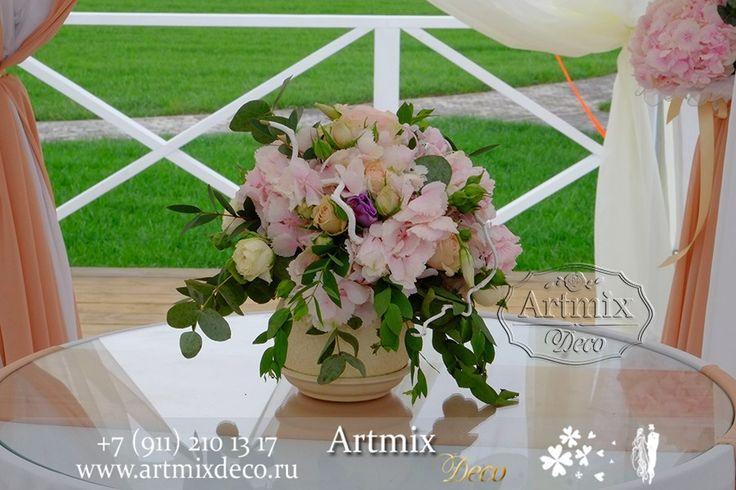 Цветы на столике для росписи на свадебной церемонии.