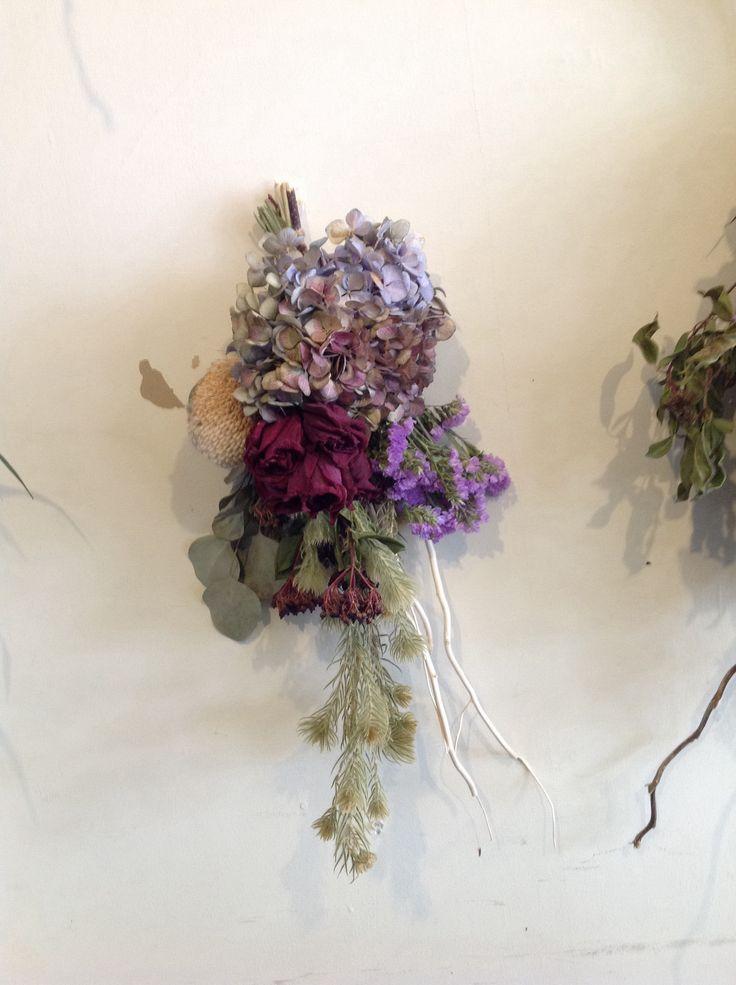 赤薔薇、ユーカリ、バンクシャ、紫陽花等使用  flowerarrangement