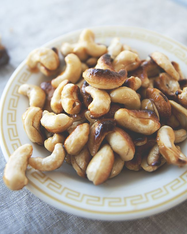 SRIRACHA GLAZED CASHEWS // The Kitchy Kitchen