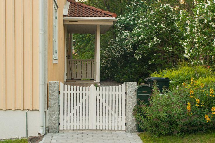Bygg en grind. Här hittar du utförlig information om hur du bygger en trägrind till staketet med gör det själv beskrivning och förklarande fotografier.