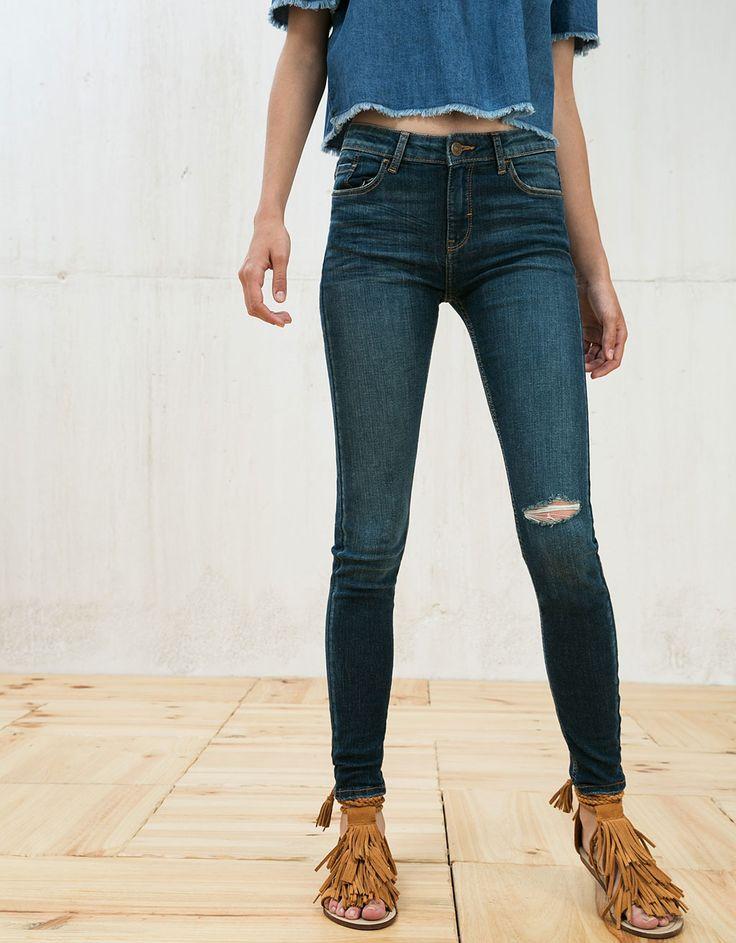 Jeansy rurki z klasycznym stanem.  Odkryj to i wiele innych ubrań w Bershka w cotygodniowych nowościach
