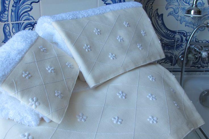 Toalhas turcas com barras em linho bordadas com bastidas e ponto corda.