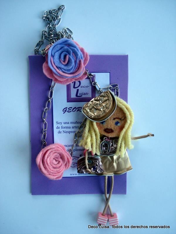 Con dos rosas y sombrero. Tonos pasteles. Aviso estas muñecas no se pueden copiar, están registradas.