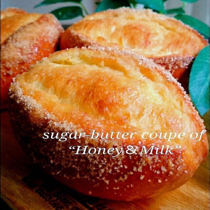 """生地に蜂蜜を加えて、もっちりとした優しい甘さの、シュガーバタークッペを焼きました❤  実はこの生地で2パターン焼いたんですが…💧もうひとつは、この生地に""""ジャーマンポテト""""を包んで焼き上げたものも作りました❗ …が。見た目があまりよく分かんなくて…おじゃん❗(→下記の写真にちょこっと載せてあります🎵) ジャーマンポテトは日曜のブランチに少し多めに作り、パンに包んで焼きました❤    ジャーマンポテト、好きなんですよねぇ❤😆ジャガイモとウィンナー、粒マスタードを効かせて、たっぷり頂きました❤🍴  これをパンに包んだら美味しいかも⁉と思い、包み焼きにしましたが、本当に美味しかったので、これもまたヨシです❤ 見た目がはっきりしないので、下記にちょこっと載せて、残りはプレーンなパンにしたので、こちらを載せますね❤🍀 どちらでも、お試しくださいね🎵  ジャーマンポテトは、いちょう切りにしたジャガイモを茹でてから、ウィンナーを炒めて、茹でたジャガイモを合わせて、塩胡椒で味付けし、粒マスタードを和えて仕上げるだけ❗   この蜂蜜の生地だけでも美味しかったので、ぜひぜひ食べに来てね"""