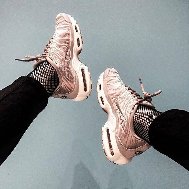 Nike Air max Plus TN 4 550 руб Имеются размеры: US: 6,5 - 12 Euro: 37 - 46 Доставка до метро/самовывоз Возможна отправка в регионы Гарантия 90 дней Почувствуй себя по настоящему ЭЛИТОЙ в этих кроссовках, светоотражающие вставки помогут ночью ослепить не только своей красотой всех парней в радиусе поражения #bassline #grime #uksneaker #mandem #rudeboy #rudegirl #airmaxtn #airmaxplus #rave