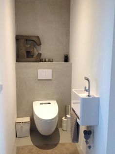 Toilet met gietvloer gestucte muren zonder tegels