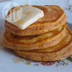 Snel, makkelijk en heerlijk; deze lichte en smaakvolle pannenkoekjes met pompoen zijn het lekkerst als ze warm zijn, geserveerd met wat boter en stroop.