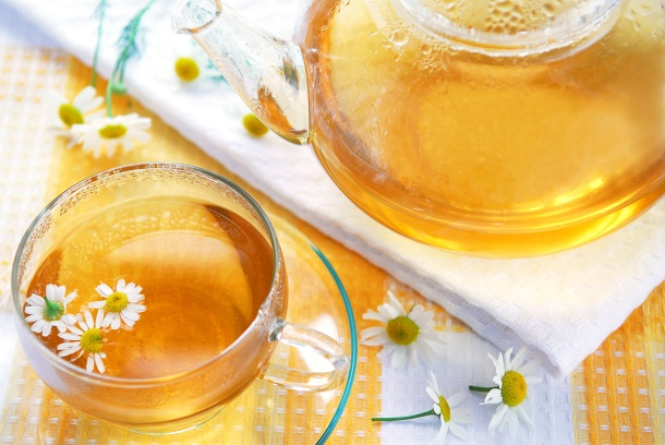 Inhalacje z rumiankiem    Inhalacje z zastosowaniem rumianku pomagają w zwalczaniu objawów grypy i przeziębienia. Łagodzą kaszel, katar i chrypę. Rumianek jest również pomocny w zapaleniu zatok przynosowych.