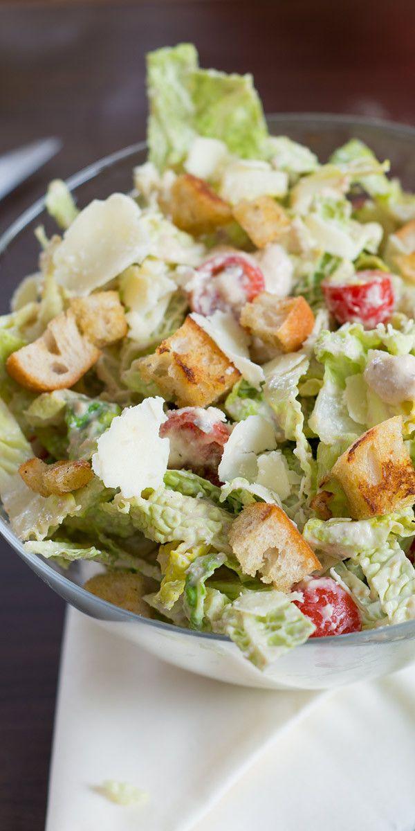 Wir haben ein besonderes Kohl-Rezept für dich. Mit Wirsing kannst du nämlich auch einen sehr leckeren Salat zubereiten. Mit einem Dressing aus Joghurt, Sardellenfilets und Worcester-Sauce bekommt der Salat eine extra würzige Note. Guten Appetit.